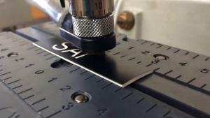 grafir laser atau disebut dengan mesin laser engraving